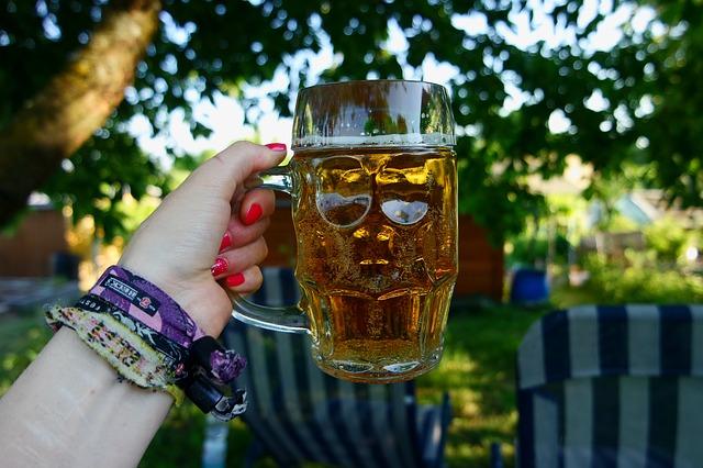 pivo v ruce ženy